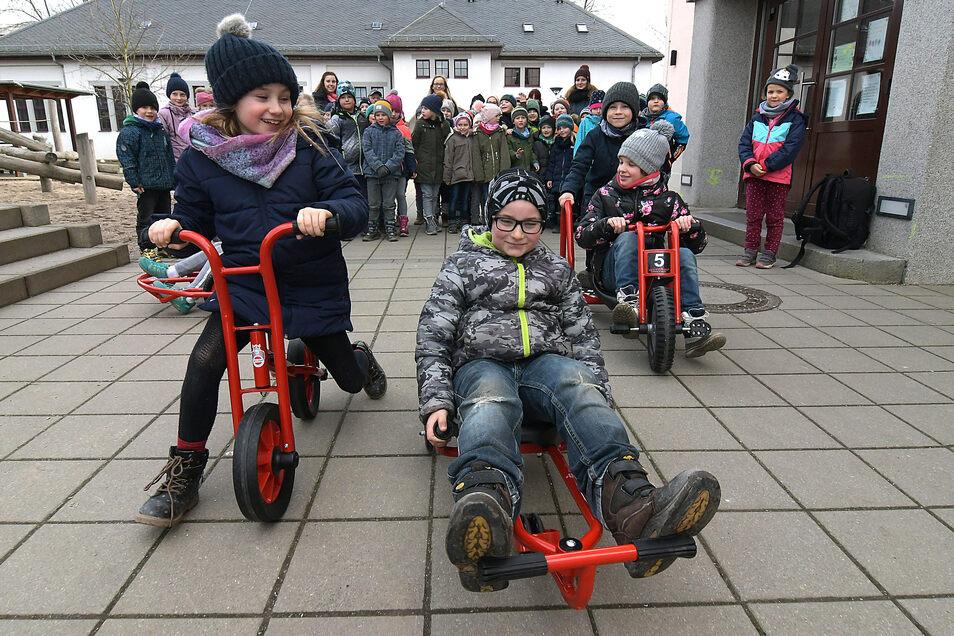 Die Hortkinder der Kita Bussibär in Großbauchlitz haben die neuen Fahrzeuge gleich ausprobiert.