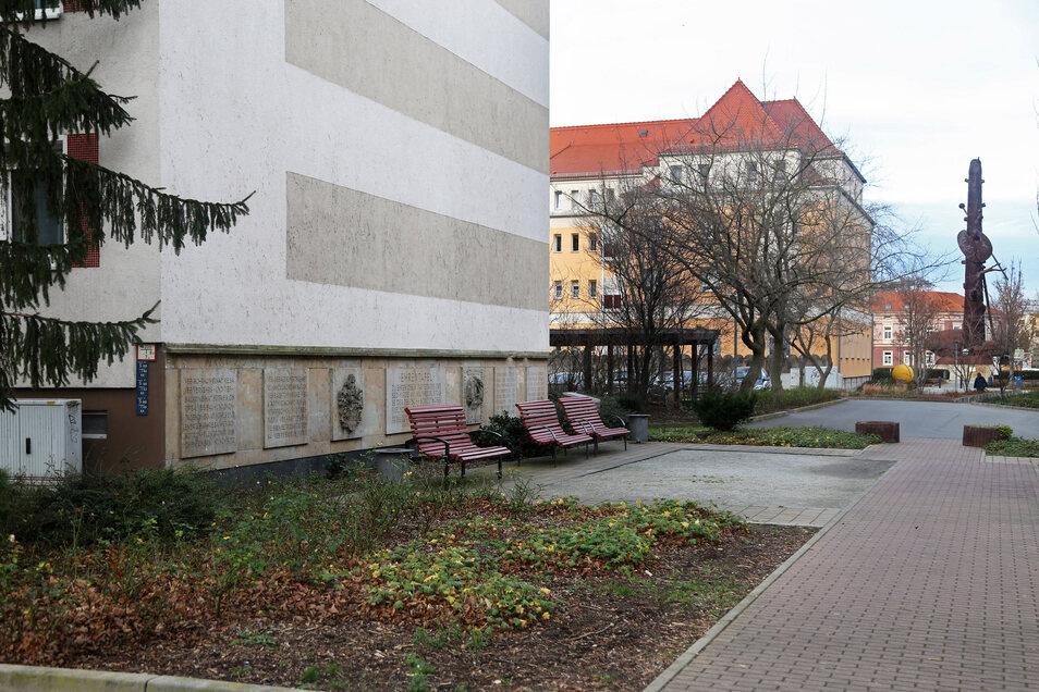 Zu den auffälligeren Tafeln im Riesaer Stadtgebiet gehört das 14 Meter lange Sandstein-Fries an der heutigen Bahnhofstraße. Als die Tafeln am 1. Mai 1982 anlässlich des X. Parteitags der SED angebracht wurden, hieß diese noch Straße der DSF.