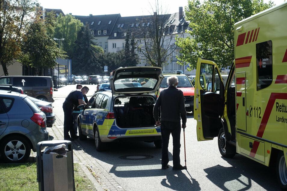 Auf dem Parkplatz an der Ritterstraße ist eine Frau angefahren worden. Die Schwangere wurde vor Ort versorgt und dann zur Untersuchung ins Krankenhaus gebracht.