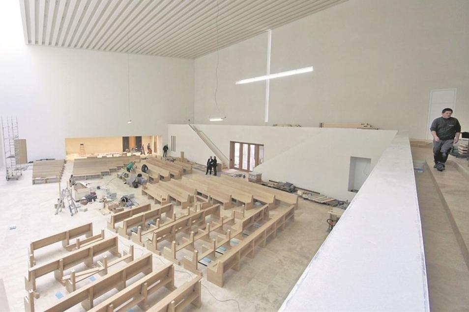 Im Inneren des Gotteshauses läuft die Einrichtung auf Hochtouren: Bänke werden eingebaut und die Orgel wird montiert.