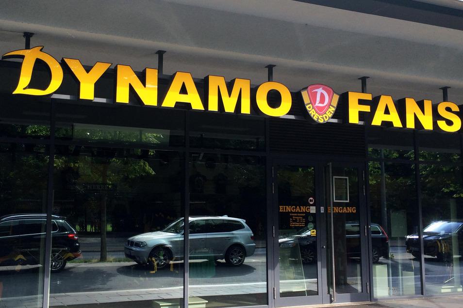 Im Dynamo-Fanshop werden besondere Corona-Fanartikel verkauft. Die Einnahmen sollen helfen, die Arbeitsplätze der Mitarbeiter zu sichern. Ein anderer Teil kommt nun sozialen Zwecken zugute.