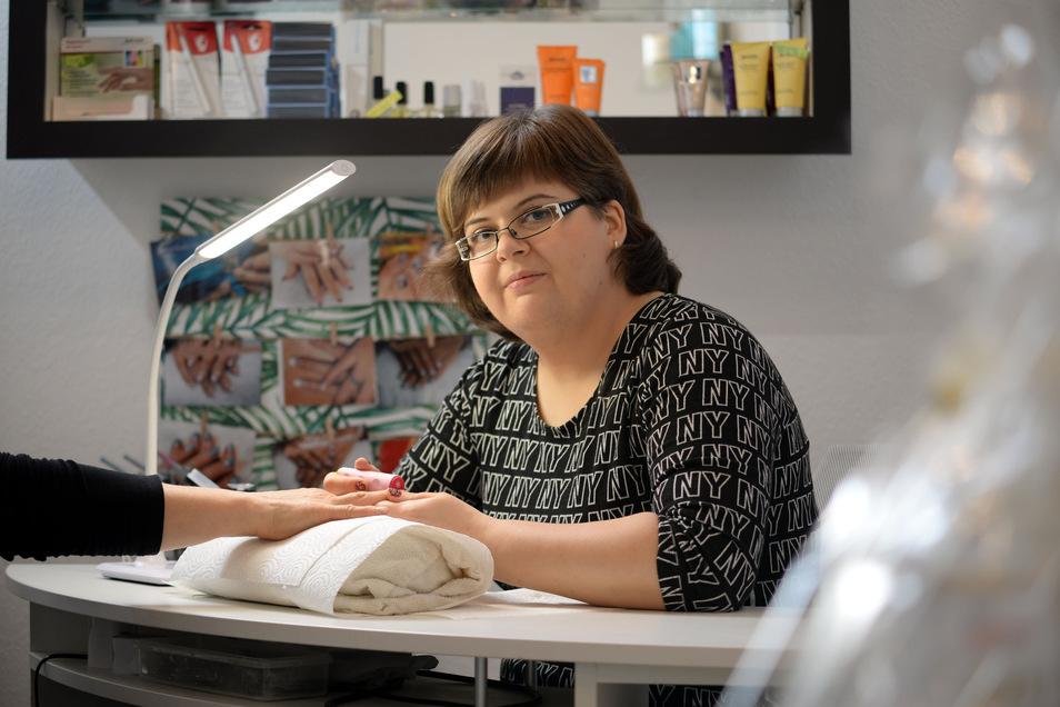 """Corina Ryser  ist ausgebildete medizinische Fußpflegerin und sie bietet in ihrem Salon """"Madeleine"""" in Niesky auch Nageldesign an."""