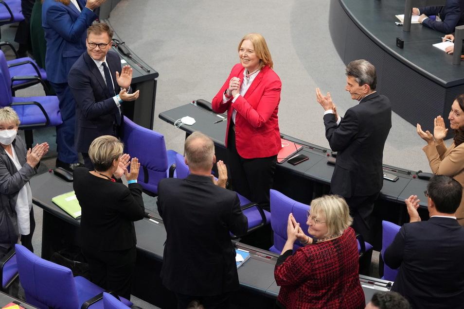 Bärbel Bas (SPD, Mitte oben) freut sich über ihre Wahl zur Bundestagspräsidentin bei der konstituierenden Sitzung des neuen Bundestags.