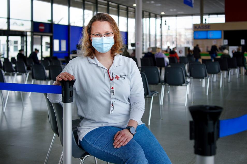 Die stellvertretende Leiterin des Impfzentrums Dresden, Elisa Reininger, versorgt in ihrem eigentlicen Beruf Hotelgäste. Nun ist sie für Besucher mit Impfanmeldung da.
