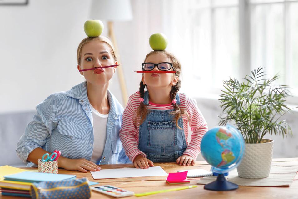 Ein bisschen Spaß darf sein: Quatschmachen ist in der Krise nicht nur erlaubt, sondern wichtig für die Bindung zwischen Eltern und Kind.