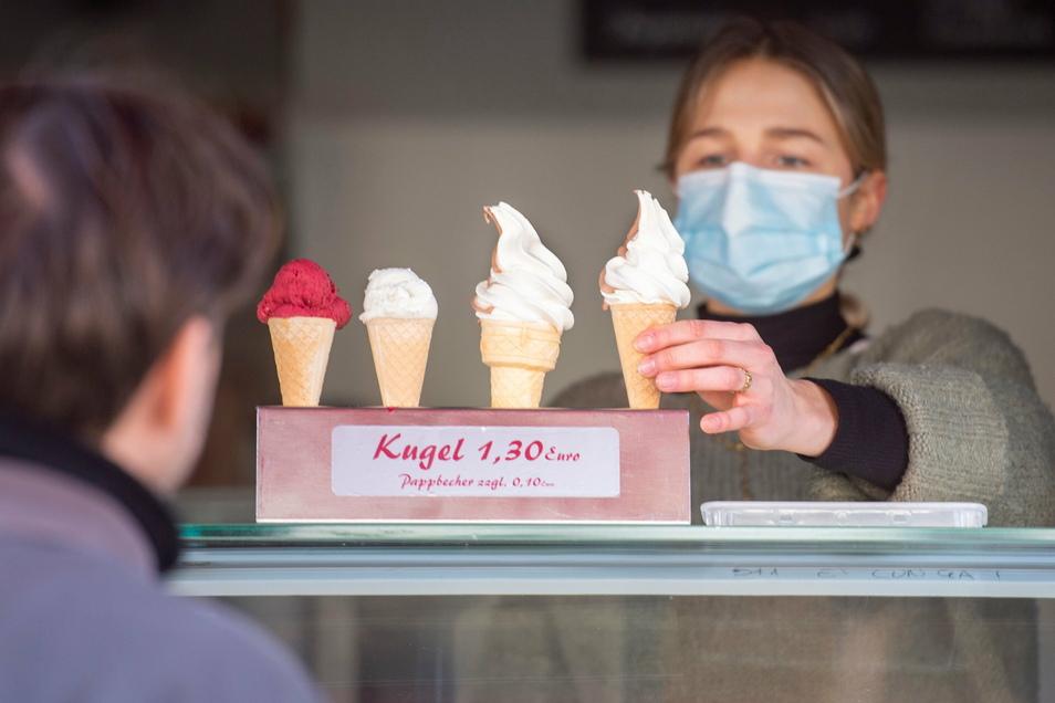 Henriette Pillack von der Eisdiele in Altkötzschenbroda durfte Eis aus dem Ladenfenster verkaufen. Auf die Einhaltung der AHA-Formel wurde hier ganz genau geachtet.