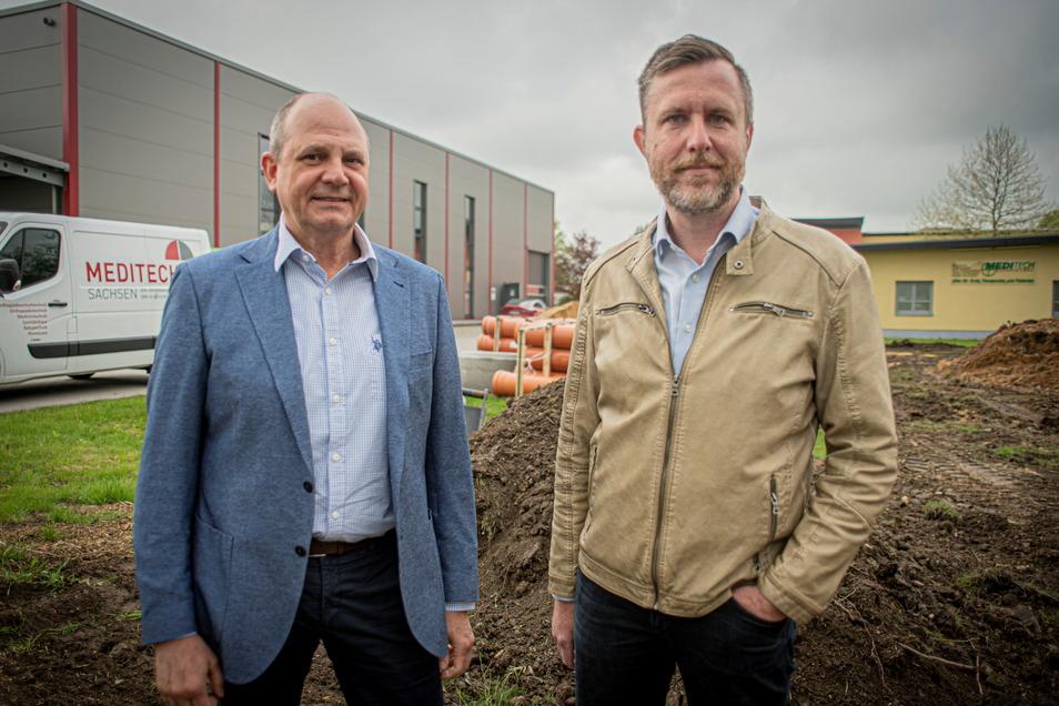 Noch hat der Bau der neuen Logistik-Halle der Firma Meditech in Pulsnitz nicht begonnen, aber die beiden Geschäftsführer Maik Lange (l.) und Karsten Leonhardt hoffen, dass sie bald starten können.