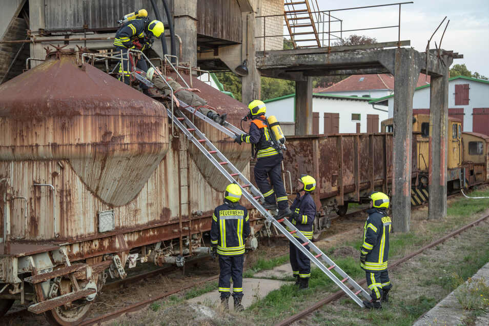 Die Feuerwehren von Quitzdorf am See führten erst vor zwei Monaten eine gemeinsame Übung im Heim Baustoffwerk in Sproitz durch und retteten verunfallte Personen (Foto). Am Montag war ihr Einsatz aber ein Ernstfall in dem Betrieb.