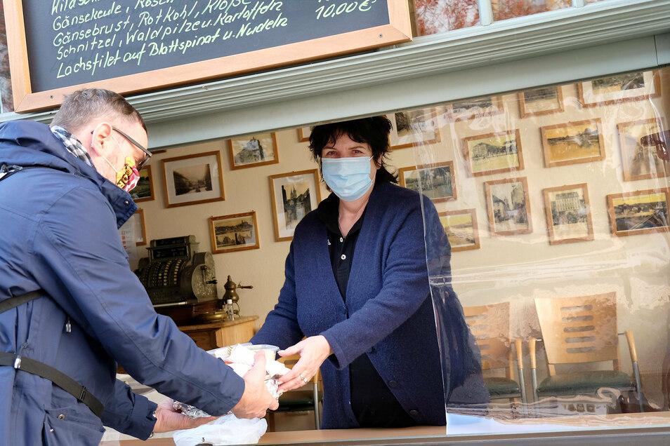 In Corona-Zeiten muss man sich zu helfen wissen: Im Meißner Gasthaus zur Altstadt wird das Essen durchs Fenster verkauft.