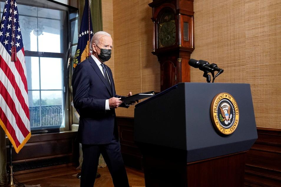 Joe Biden, Präsident der USA, kommt in den Vertragsraum des Weißen Hauses um über den Abzug der restlichen US-Truppen aus Afghanistan zu sprechen.