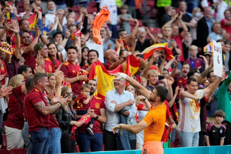 Spanische Fans feiern den Einzug ins Viertelfinal mit Torhüter Unai Simon.