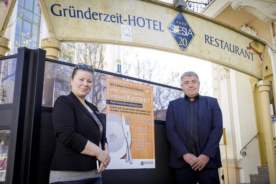 Hotel Silesia an der Biesnitzer Straße: Hotelchef Burkhard Kämmerer beteiligt sich an der Plakataktion, hier mit Ninette Petrasch von der Dehoga Lausitz.