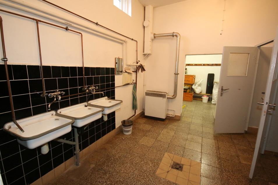 In der Saxonia-Turnhalle an der Chemnitzer Straße finden die Nutzer noch den Sanitärcharme von vor etwa einem halben Jahrhundert vor. Duschen, Waschbecken und Toiletten sind genauso veraltet wie Heizungs- und Elektroanlagen.