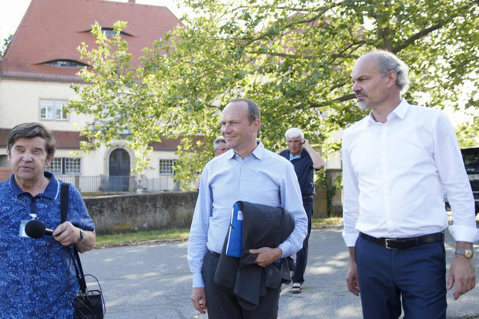 Fördervereins-Vorsitzender Gerhard Doleschal (l.), führt den sächsischen Landwirtschaftsminister Wolfram Günther (Mitte) durch das Schlossareal Schleinitz in Nossen.