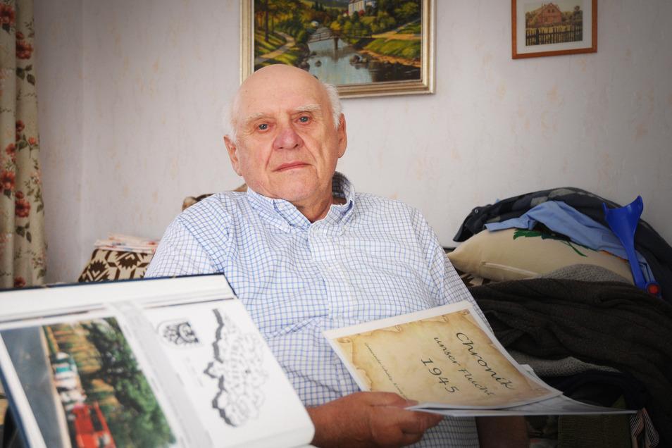 Werner Hoffmann aus Linz mit seiner Chronik der Flucht. Für die ehemaligen Niederschlesier ist der frühere Bürgermeister-Vertreter von Linz ein Zeitzeuge und Bewahrer von Erinnerungen.