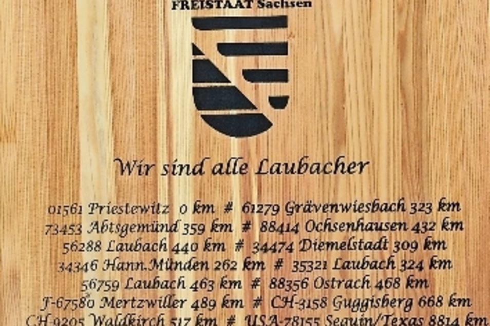 """""""Wir sind alle Laubacher"""": Diese neue Tafel inmitten des sächsischen Dorfes erinnert an die Gemeinsamkeit."""