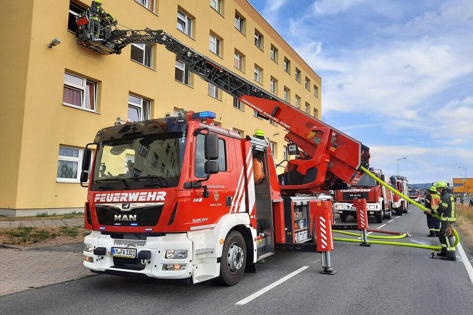 Mit einer Drehleiter hat sich die Feuerwehr im Juli 2020 Zugang zum betroffenen Zimmer verschafft, um den Brand im Asylheim in Kamenz zu löschen. Jetzt steht ein Mann wegen Brandstiftung vor Gericht.
