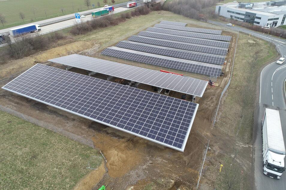 Die Fotovoltaikanlage der Firma PMG. Mit einer Fläche von 7.000 Quadratmetern und einer Leistung von 850 Kilowatt-Peak gehört sie bald zu den größten in der Region. Vorn sind die Carports zu sehen, im Hintergrund die Autobahn A 4.