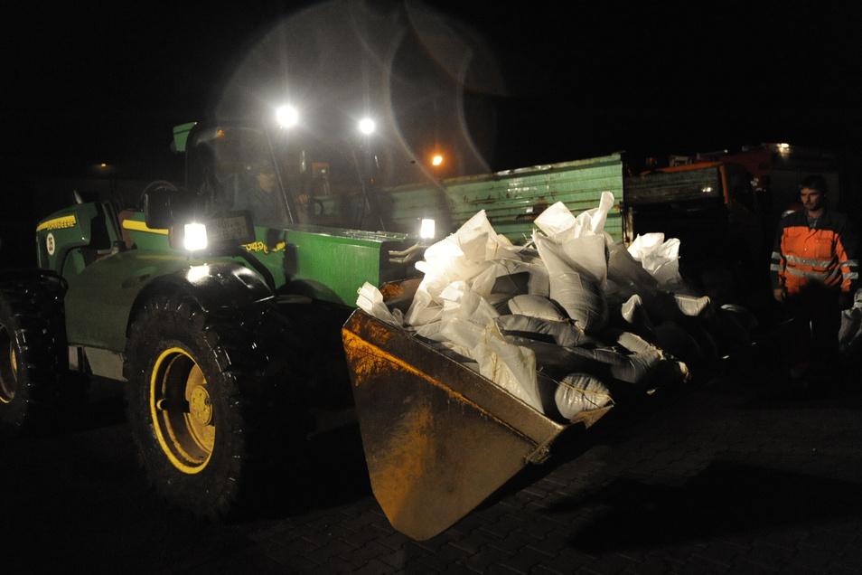 In den Nachtstunden des 7. August 2010 gab es für die Helfer keine Verschnaufpause. Permanent wurden gefüllte Sandsäcke herantransportiert, um den Deich zu stabilisieren.