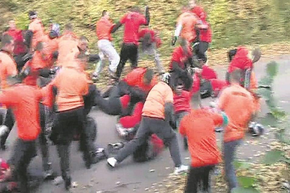 Solche Hooligan-Kämpfe hält der Bundesgerichtshof für sittenwidrig.