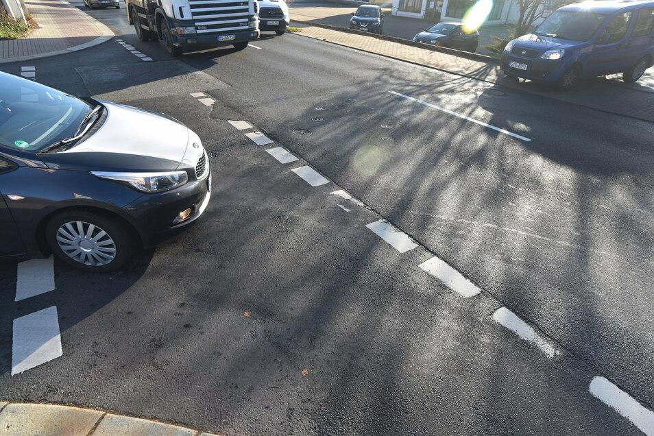 Der Straßenbelag auf der Kreuzung B96/Dresdner Straße mit der Tongasse ist nicht mehr griffig genug.