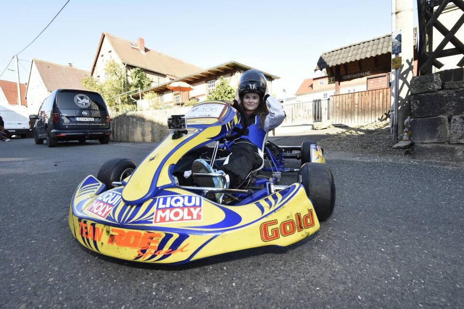 Fertigmachen für den Start: Nele Wollny (13) kam aus Thüringen, um in Somsdorf zur Probe zu fahren.