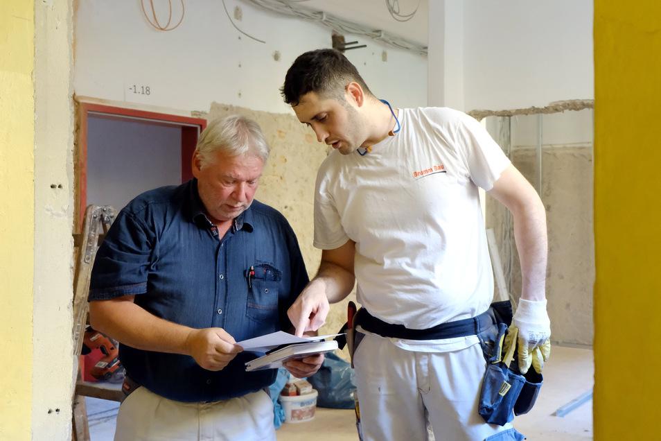 Bauunternehmer Ingolf Brumm mit seinem Mitarbeiter Ardian Sopa auf der Baustelle der Kalkbergschule. Er darf nach der Ausbildung bei Brumm Bau noch zwei Jahre in Deutschland bleiben. Was danach kommt, ist ungewiss.