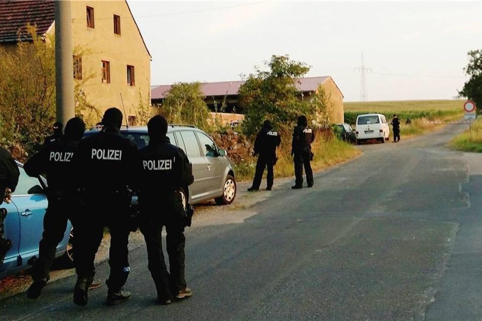 Die 17-jährige Unternehmertochter hatte das Wohnhaus der Eltern in einem Dorf bei Meißen am Donnerstagabend gegen 19.30 Uhr verlassen. Nach Bekanntwerden der Entführung rücken am Freitag Polizisten zu einem Gehöft in Luga aus.
