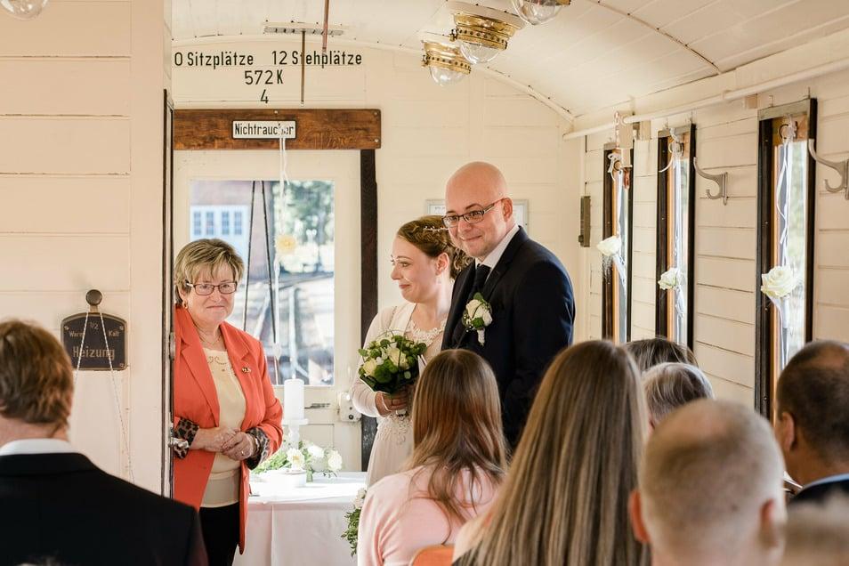 Christin und Christian Tessmann geben sich das Ja-Wort im Hochzeitswaggon der Zittauer Schmalspurbahn am Bahnhof Bertsdorf.