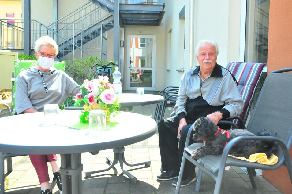 Willi Stelzig aus der Seniorenresidenz Pro Civitate in Großenhain bekam nach sechs Wochen das erste Mal Besuch. Nicht nur seine Tochter Kerstin war da. Auch die geliebte Hündin Emmy.