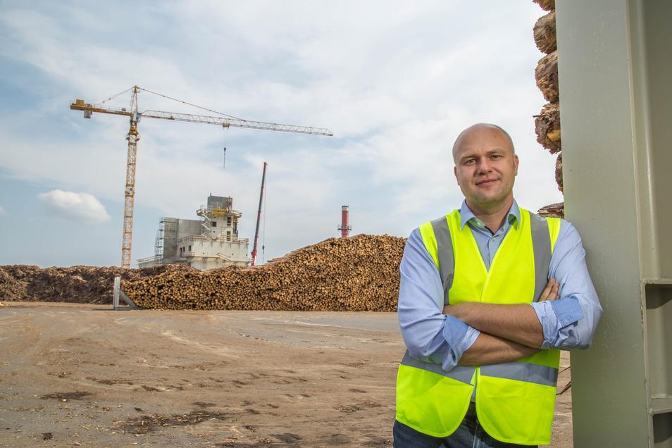 Im Rücken von Thomas Kienz, dem kaufmännischen Leiter von Holzindustrie Schweighofer in Kodersdorf, wächst das neue Heizkraftwerk. Im Frühjahr 2020 soll es betriebsbereit sein.