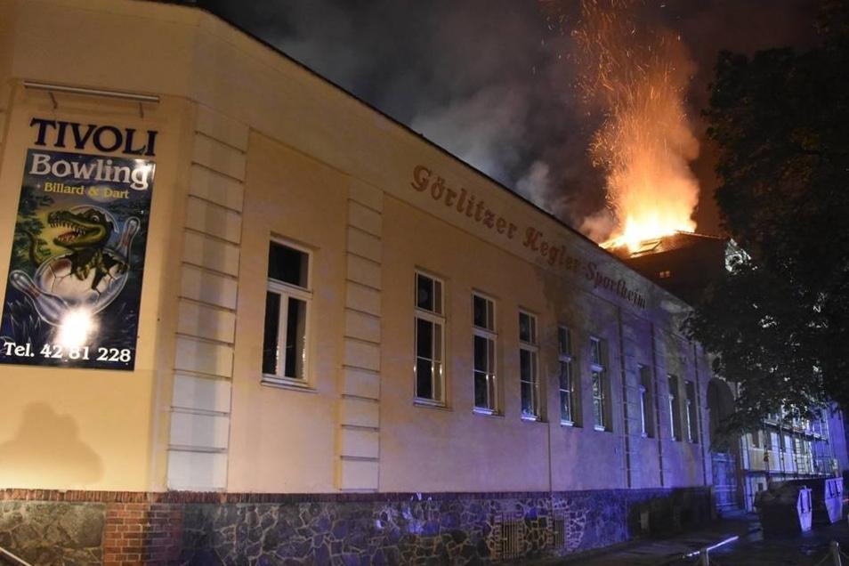 Direkt hinter dem Tivoli, einer beliebten Bowlingbahn, brach das Feuer am Freitag abend aus.