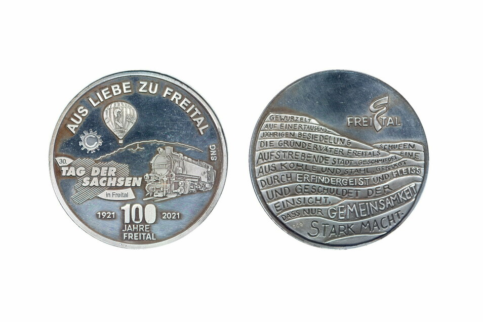 Die Medaille zum 100. Geburtstag der Stadt Freital, herausgegeben von der Sächsischen Numismatischen Gesellschaft, nach einem Entwurf von Olaf Stoy, mit einem Text von Tilo Harder.