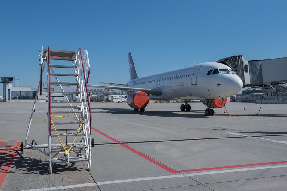 Die empfindlichen Triebwerke des Airbus A320 von Sundair sind zum Schutz vor Dreck und Witterung abgedeckt.