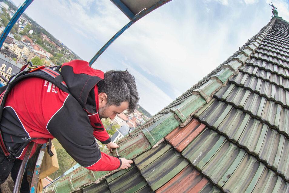 Danilo Mittrach von der Firma Dachdeckerei & Klempnerei Jürgen Mittrach bei der Reparatur des Daches der Lutherkirche in Görlitz.