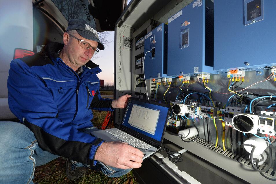 Jochen Klaus, Elektro Zentrum Großenhain EZG eG, zeigt, wie die neuen Dimmtechnik für die Straßenbeleuchtung im Gewerbegebiet Radeburg funktioniert.