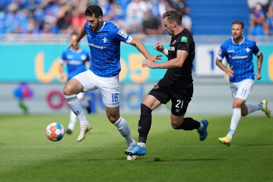 Die Dresdner laufen Ball und Gegner zu oft hinterher, wie hier Michael Sollbauer Darmstadts Mathias Honsak.