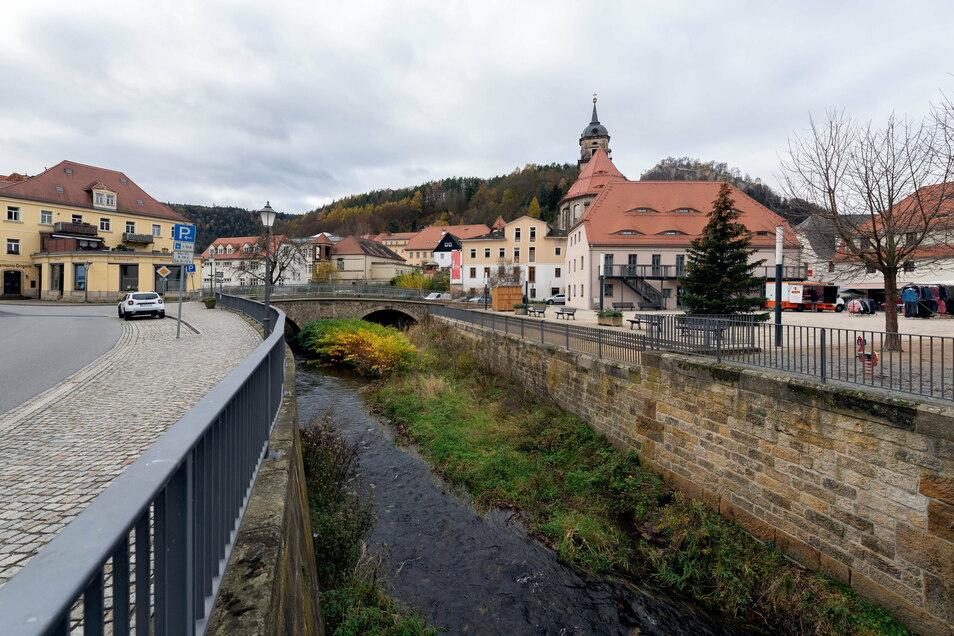 Königsteins Stadtplatz (re.) wurde erst 2008 umgestaltet. Das Ergebnis überzeugt die Kommune aber kaum.