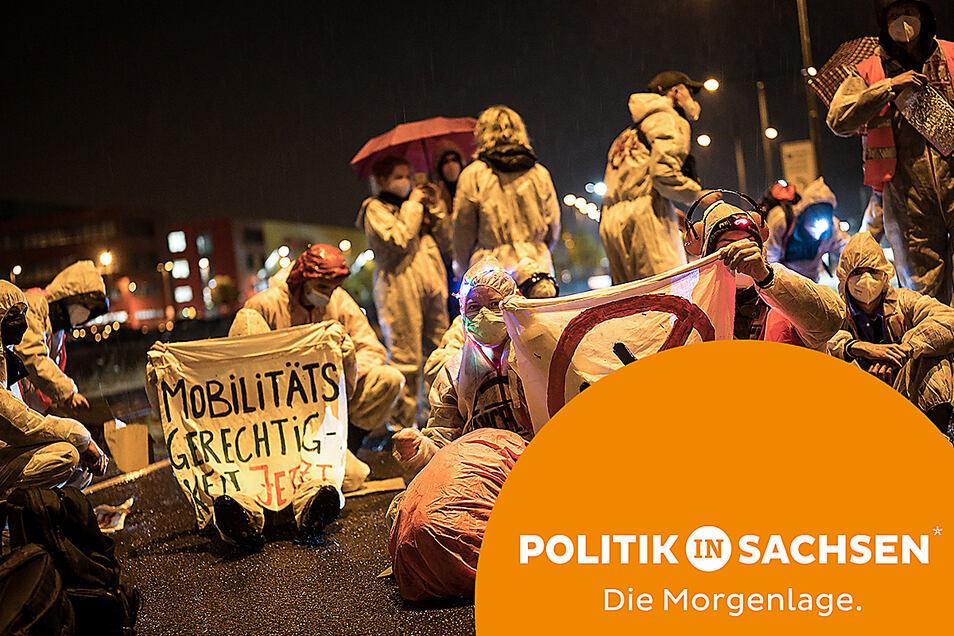 """Aktivisten der Initiative """"CancelLEJ"""" blockieren am Wochenende eine Lkw-Zufahrt des DHL-Terminals am Flughafen Leipzig/Halle."""