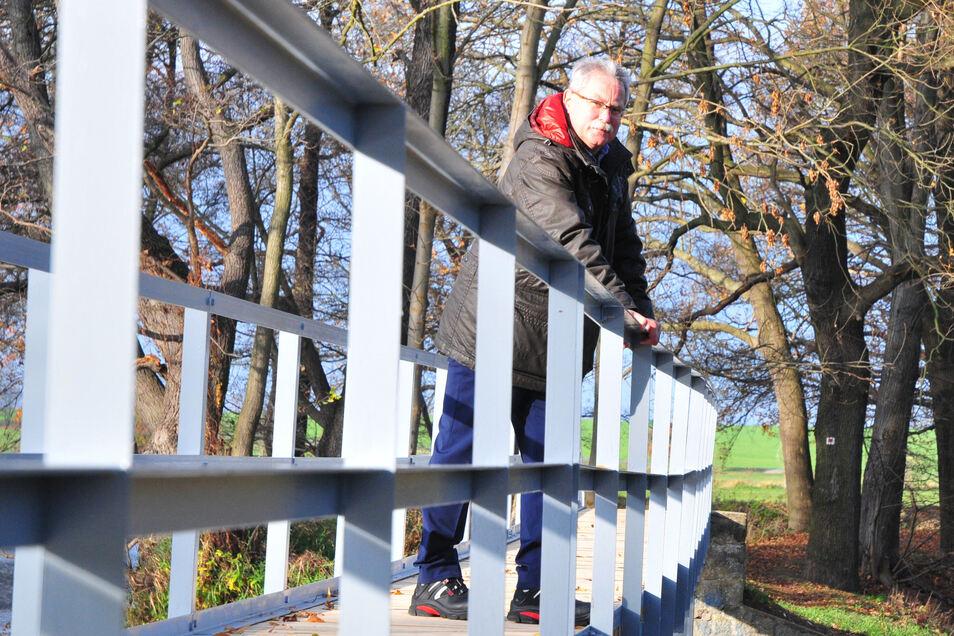Bürgermeister Tilo Hönicke auf der von Einwohnern 2015 erneuerten Wehrbrücke an der Baudaer Mühle.