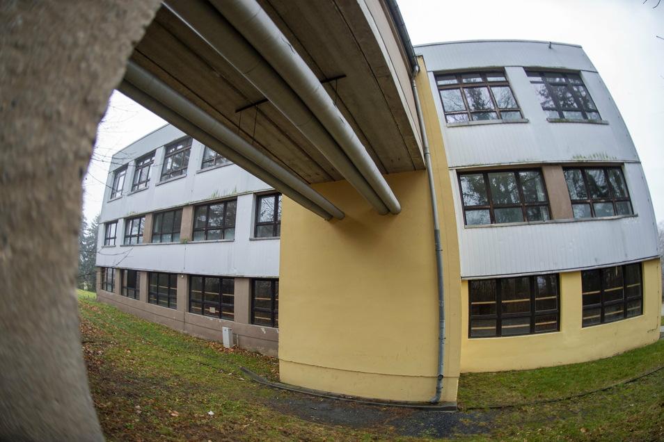 Bereits zum zweiten Mal soll die frühere Heimschule in Moritzburg als Unterkunft für Geflüchtete hergerichtet werden. Durch den erneuten Leerstand gibt es Vandalismusschäden an dem Haus.