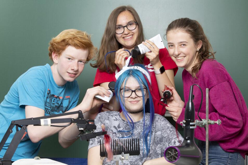 """Welches Blau hält am besten? Das wollten Benjamin, Sofie, Jana und Rona (v.l.) aus Karlsruhe wissen. Mit ihrem Haartönungstest gewannen sie 2019 den Wettbewerb """"Jugend testet"""""""