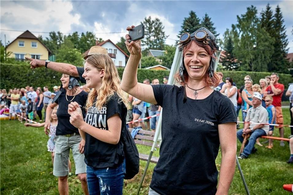 Zahlreiche Zuschauer und Teilnehmner (De fat jenten - die Fassmädels) hielten das Spektakel im Foto fest.