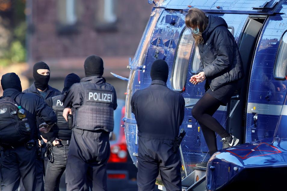 Elite-Polizisten brachten Lina E. mit dem Hubschrauber im vergangenen November nach Karlsruhe zum Bundesgerichtshof.
