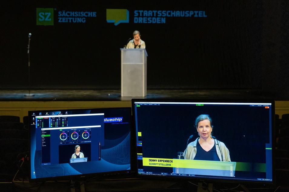 Im leeren Saal des Dresdner Schauspielhauses sind Monitore und Kamera für die Übertragung der Dresdner Reden aufgebaut.
