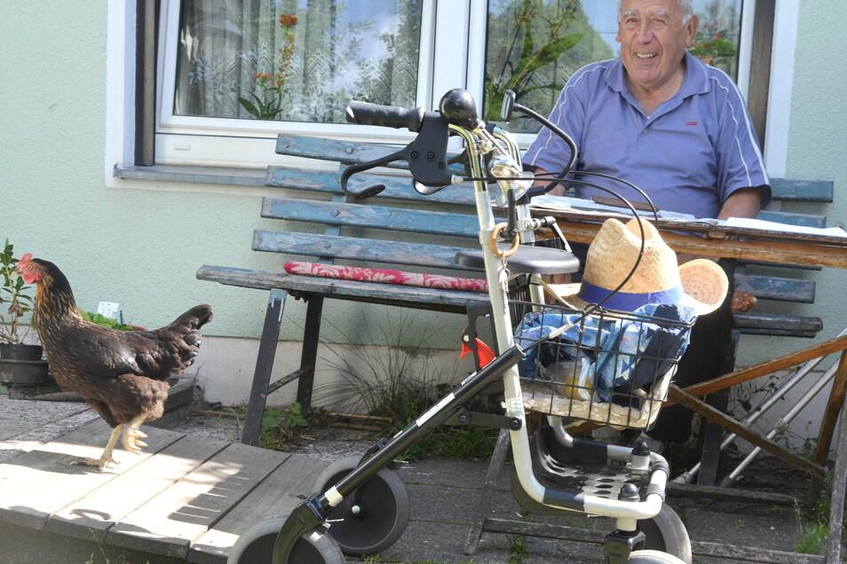 Das zahme Haushuhn ist immer mit dabei, wenn Hans Brucksch auf seiner Gartenbank in Königshain sitzt.