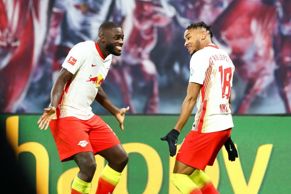Dayot Upamecano (links) jubelt mit Christopher Nkunku, der bei Leipzigs Sieg im Spitzenspiel gegen Bayer Leverkusen das einzige Tor erzielte.