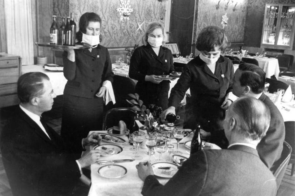 Moskau 1969: In einem Hotel bedienen Kellnerinnen mit Mundschutz als Vorsorge gegen die Befürchtung einer Ausbreitung der Hongkong-Grippe.