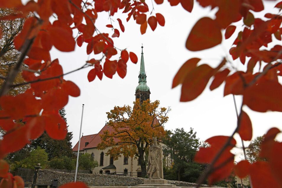 Zwei Trompeter werden am Sonnabend vom Turm der Stadtkirche Radeberg zu hören sein. Insgesamt musizieren sieben Instrumentalisten.
