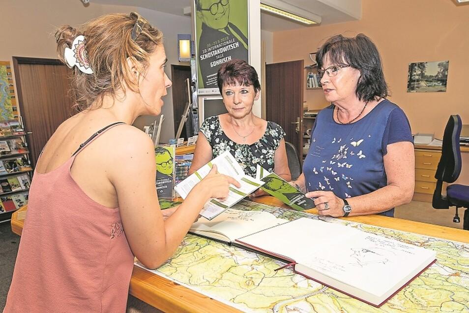 Wissen alles um Schostakowitsch: Birgit Hober (l.) und Petra Zürpel (r.) von der Tourist-Info mit einer Besucherin.